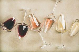Weingläser, die den Wein in zwei Minuten dekantieren