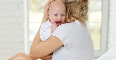 Weinende Babys sollten Sie besser sofort trösten