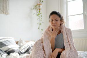 Halsschmerzen: Was unbedingt in Ihre Hausapotheke gehört