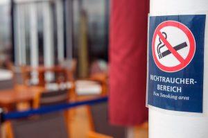 Rauchverbot: Passivrauchen kann zu Verlust von Kieferknochenmasse führen
