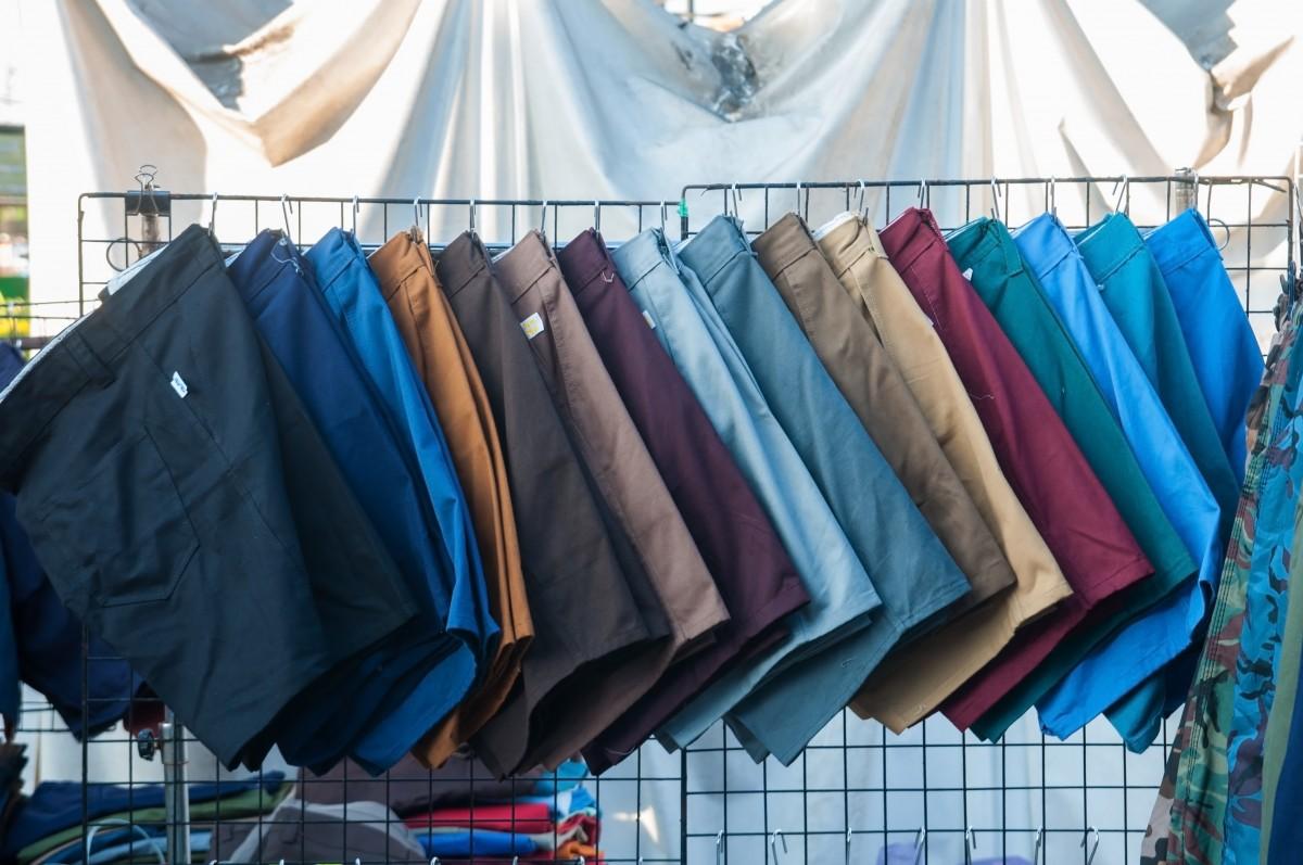 Business-Kleidung und Bermudas?