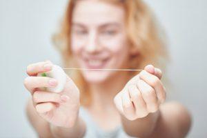 Gesundheitstipp: So nutzen Sie Zahnseide richtig