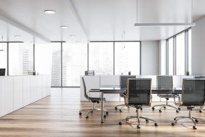 Wie Sie mit einer Aufräumparty frischen Wind ins Büro bringen