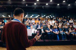Mit Stimmtraining verbessern Sie Ihre Präsenz auf der Bühne