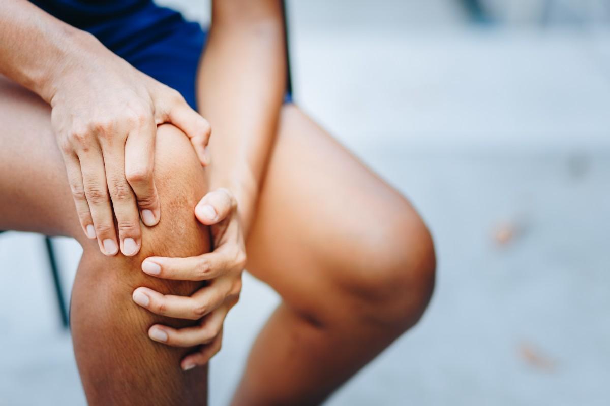Verschleiß im Kniegelenk: Schulmedizinische und alternative Behandlungsmethoden