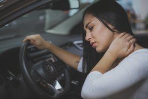 Schleudertrauma: Mit Wärme und Krankengymnastik statt Halskrause