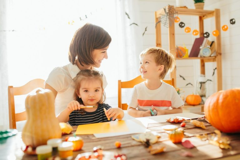 Basteln Sie herbstliche Bilderrahmen mit Kindern selbst