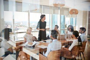 Anklopfen während einer Besprechung nicht immer erwünscht
