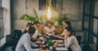 Dürfen Sie im Büro eine Glühlampe auswechseln?