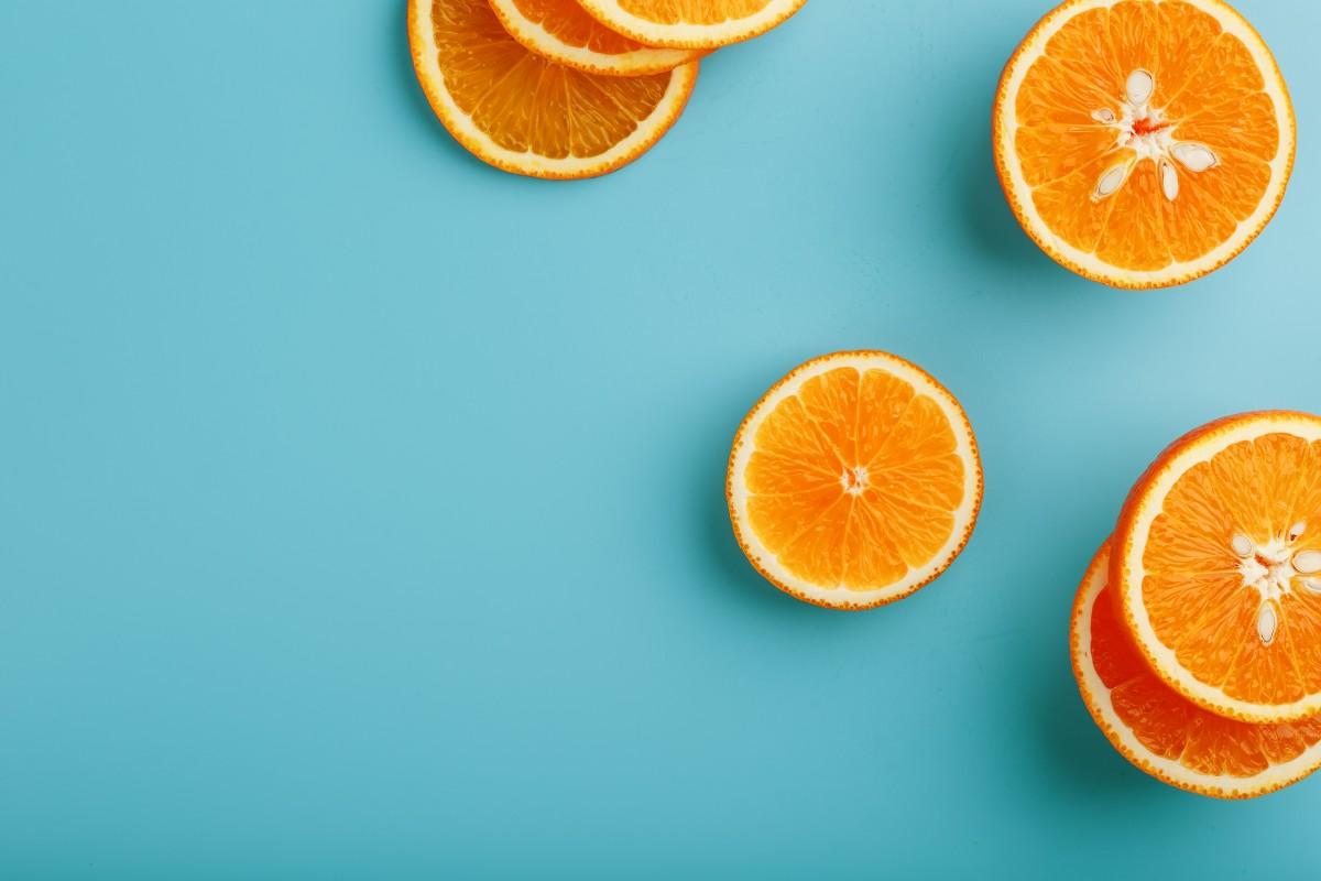 Orange mit Obstbesteck essen