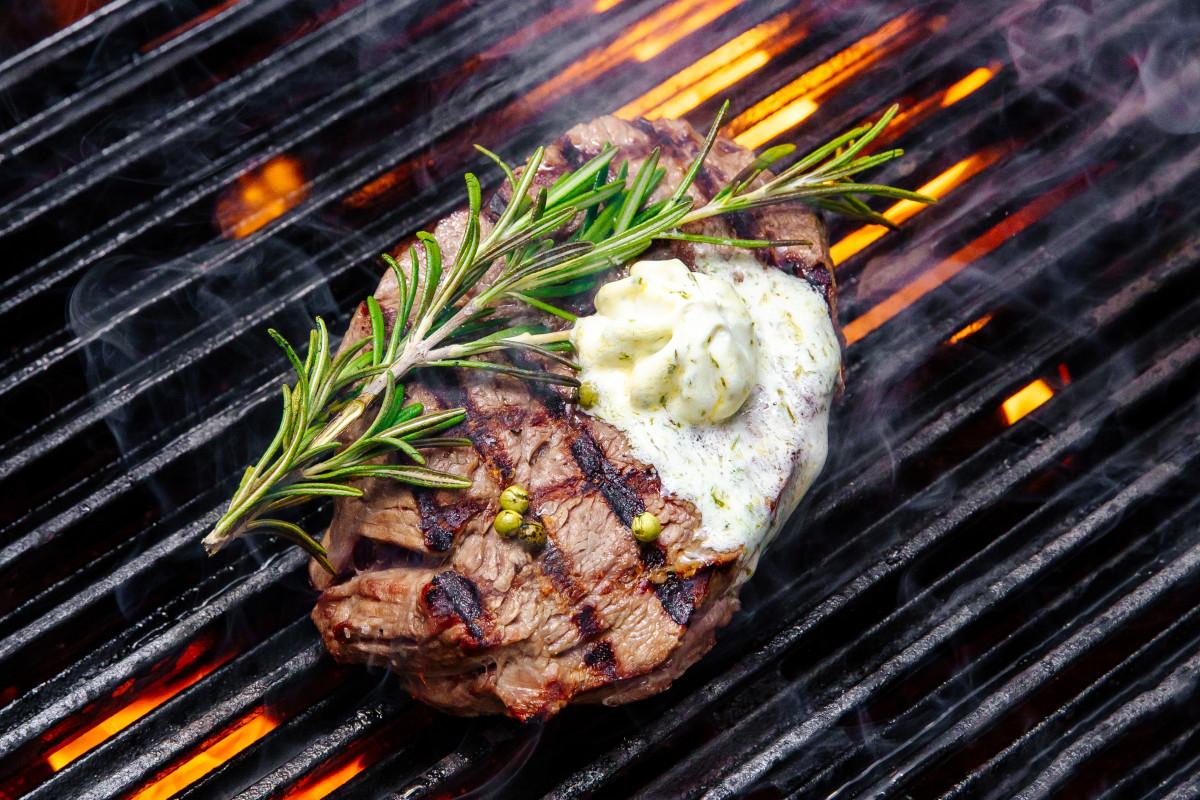 Köstliche Grillrezepte: Sirloin Steaks mit Knoblauch-Butter