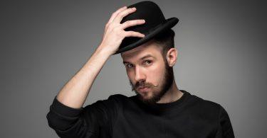 Umgangsformen: Wann muss man Mützen und Hüte abnehmen?
