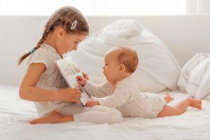 Wie Geschwister aufs Baby reagieren