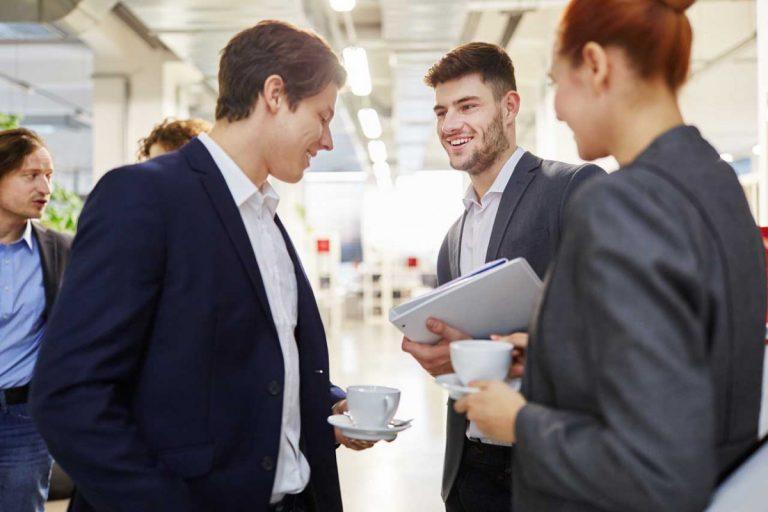 Büro-Knigge: Weniger Stress mit dem richtigen Smalltalk