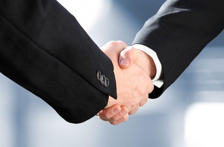 Gesprächsführung: Handschlag zur Begrüßung