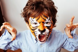 Kinder basteln und malen einen Löwen