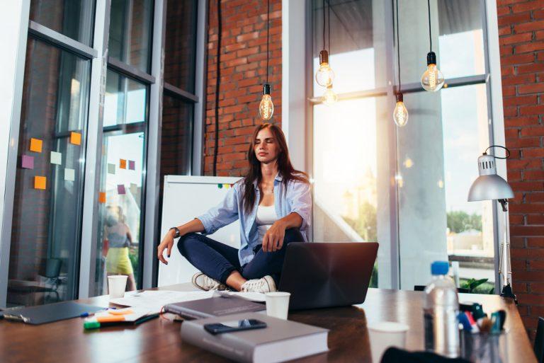 Atemmeditation: Die Meditation für kurze Pausen im Büro