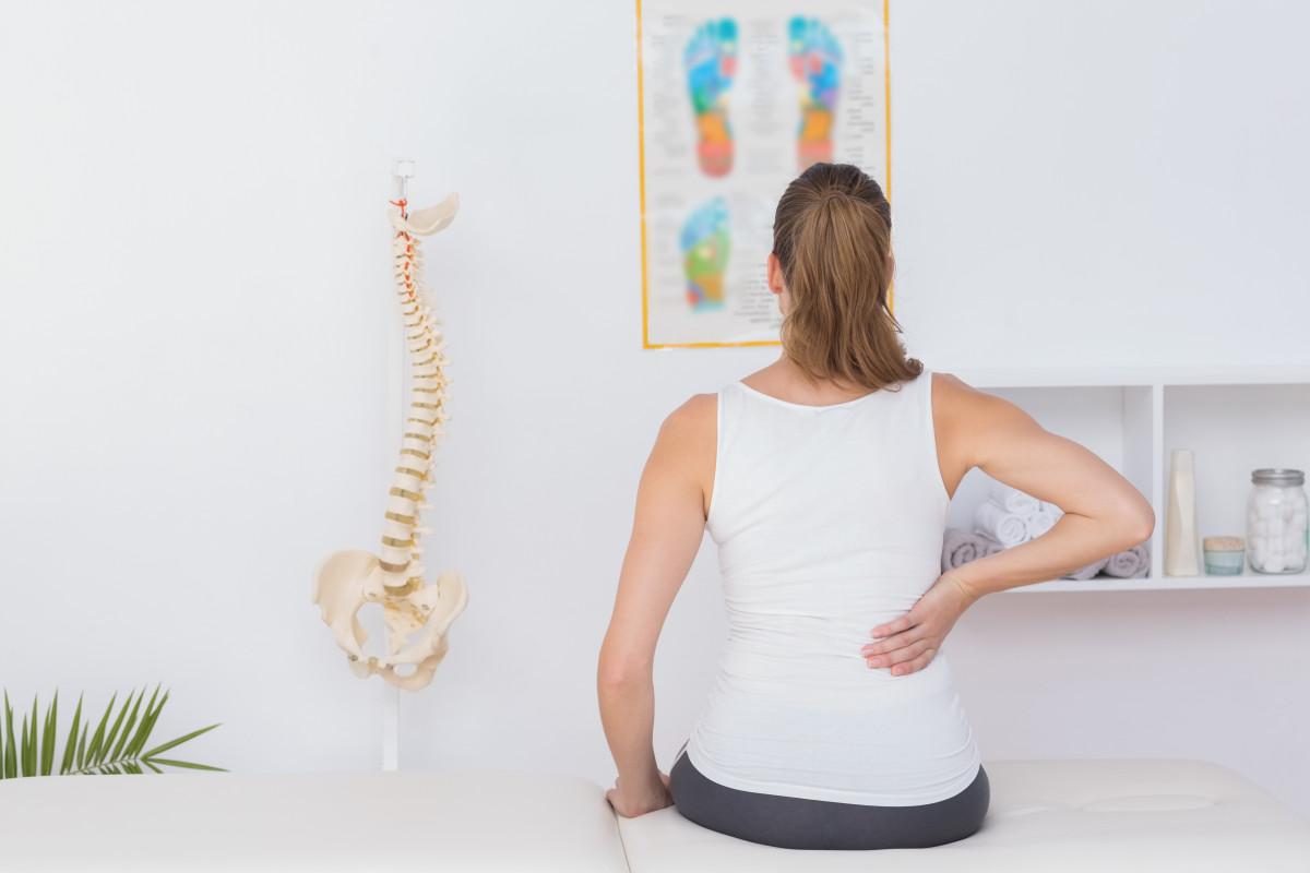 Die häufigsten Rücken-Irrtümer: Sitzen entlastet den Rücken