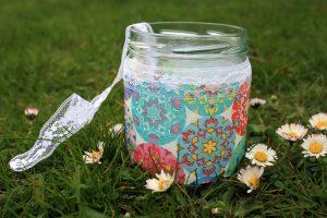 Originelle Geschenkverpackung: Buntes Gurkenglas mit besonderem Inhalt