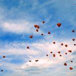 Hochzeitsideen: Lassen Sie Herzluftballons in den Himmel steigen