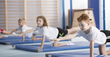 Ein gesunder Rücken stärkt Kinder: Gymnastik