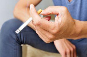 Rauchen: Ein Nikotininhalator gibt den Händen etwas zu tun