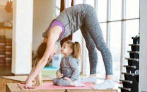 Ein gesunder Rücken stärkt Kinder: Mutter-Kind-Turnen