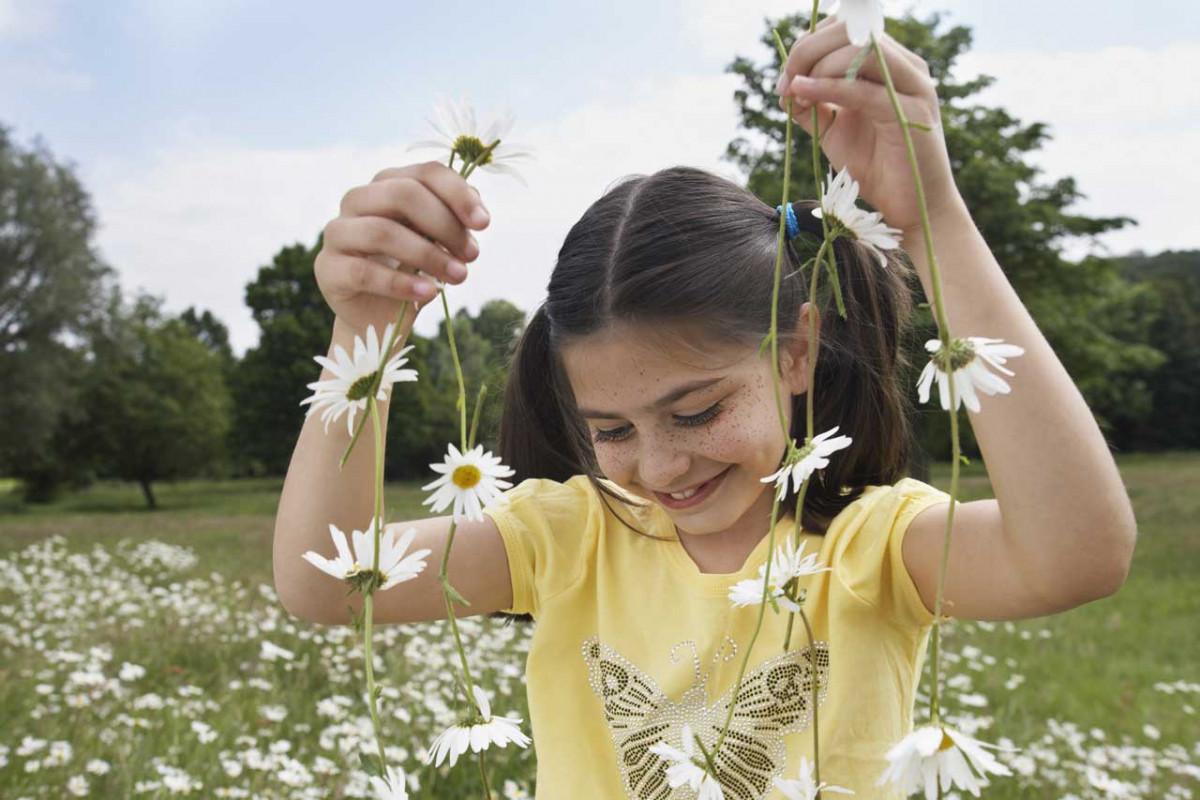 Wie die Kinder aus Bullerbü: Basteln Sie Ketten aus Gänseblümchen