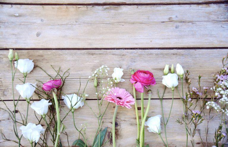 Hochzeitsbräuche: Blumen streuen