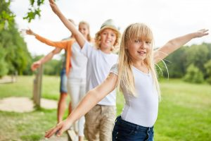 Wie die Kinder aus Bullerbü: Balancieren bringt Kinder in Bewegung
