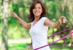 Flacher Bauch mit Hula Hoop: Das einfache Workout für zuhause