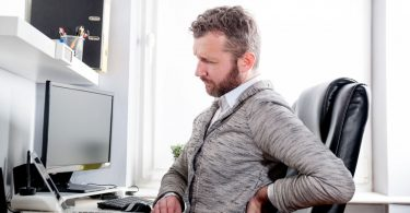 Rückenschmerzen durch Rückensünden im Büro: Schräger Monitor