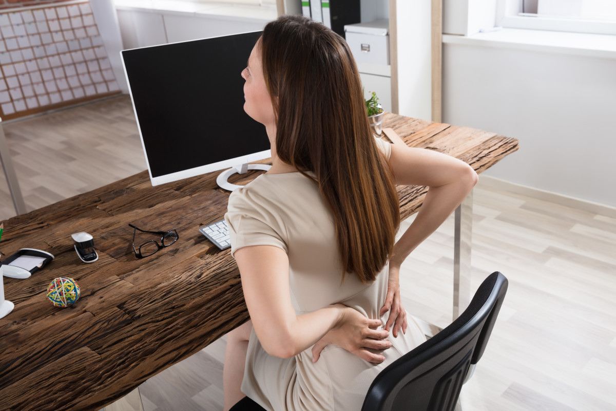 Rückenschmerzen durch Rückensünden im Büro: Falsche Armhaltung