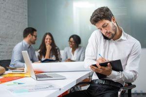 Rückenschmerzen durch Rückensünden im Büro: Telefon einklemmen