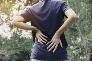 Rückenschmerzen durch Rückensünden im Büro: Falsch sitzen