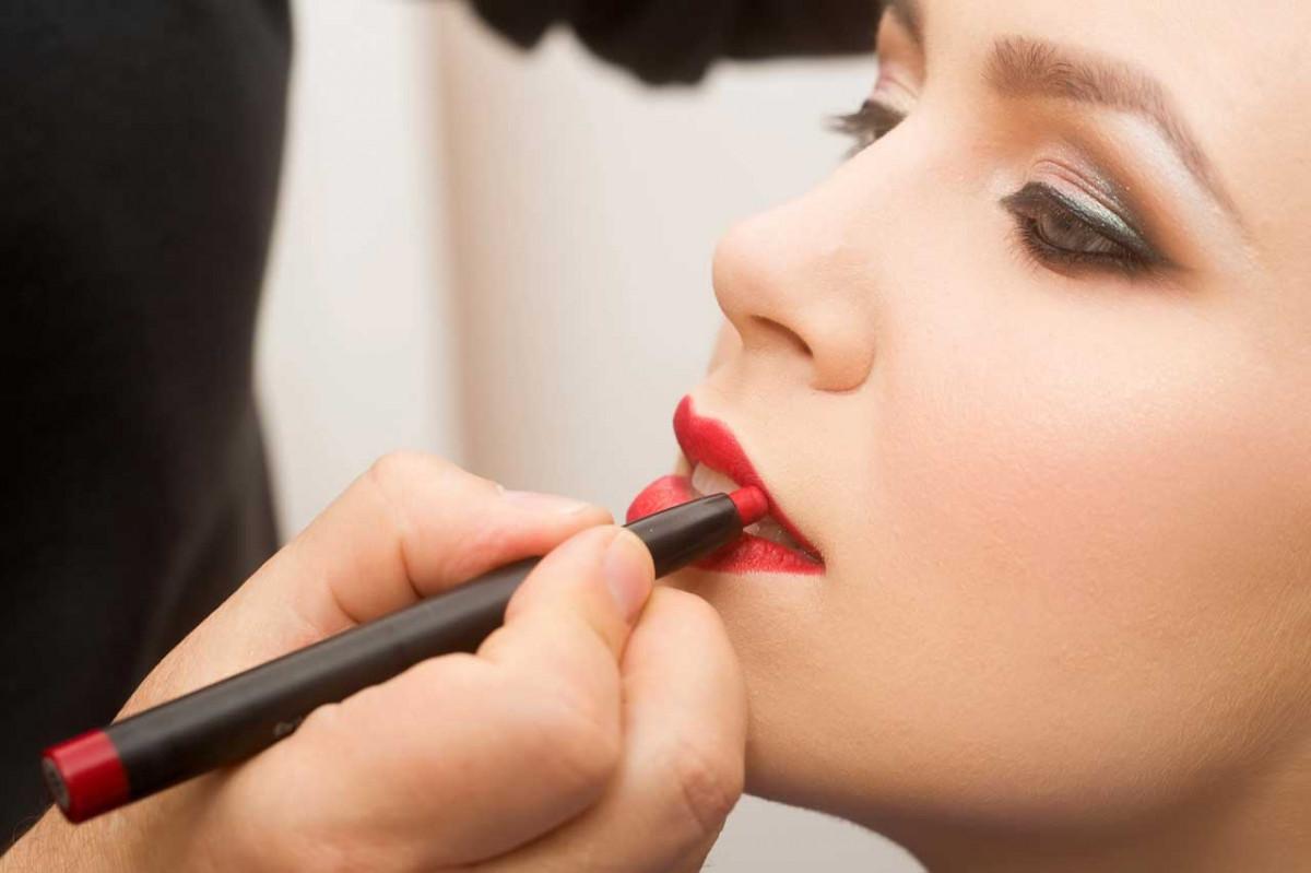 Mit Lippenstift zum Küssen schön schminken