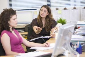 Bürokommunikation – so stoppen Sie plaudernde Kollegen