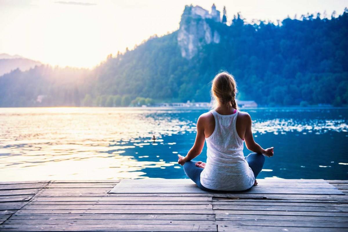 Videotipp: Praxisanleitung zum Sonnengruß im Jivamukti Yoga