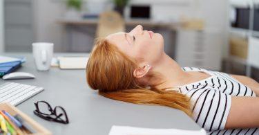 Der Büroschlaf: Neue Power in der Mittagspause