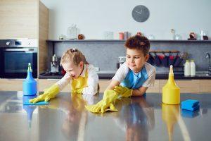 Kinder im Haushalt: Schulkindern kleine Aufgaben übertragen