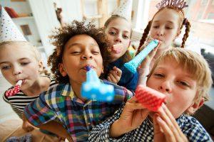 Wie Sie einen coolen Kindergeburtstag im Winter feiern