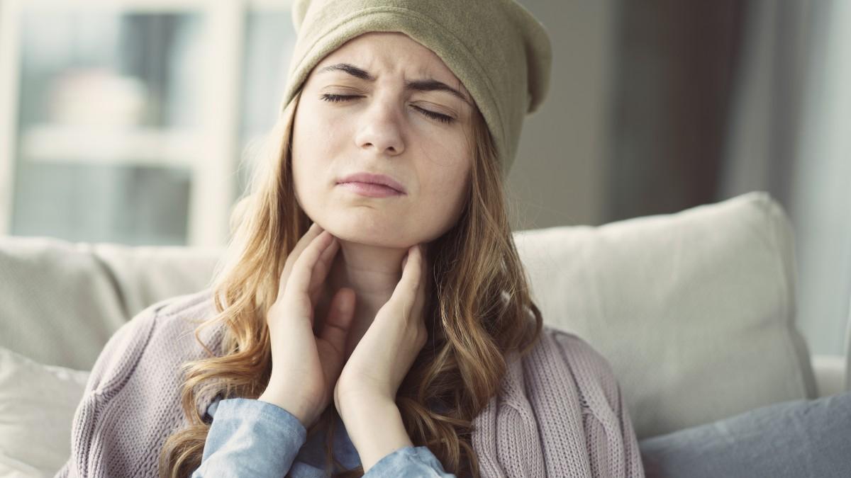 Halsschmerzen sind eine Begleiterscheinung von Erkältung und Grippe