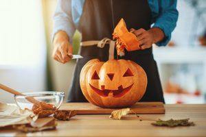 Kürbis schnitzen: So basteln Sie kunstvolle Herbstdekoration