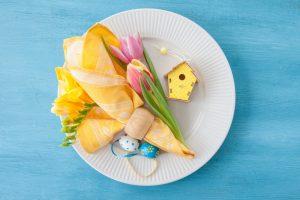 Servietten falten für Ostern: Osterhasen als Tischdeko