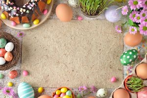 Dekorative Osterfiguren aus bunten Papierstreifen