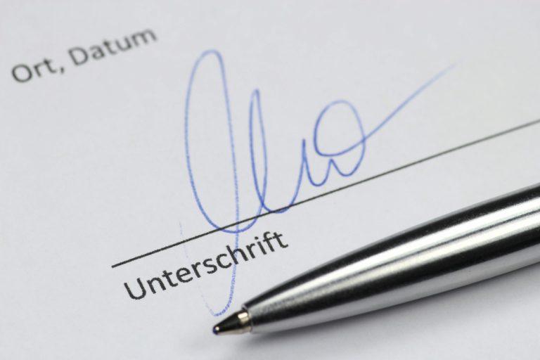 Die Unterschrift unter den Bewerbungsunterlagen