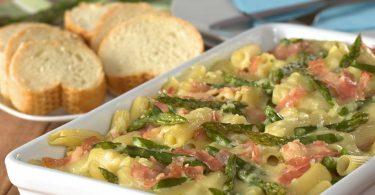 Leckerer Auflauf: Spargel mit Mozzarella und rohem Schinken