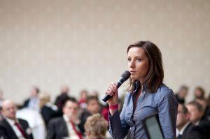 So kontern Sie geschickt mit kernigen Sprüchen, wenn jemand Ihre Rede stören will