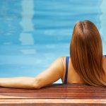Wie Sie Ihre Haare im Urlaub vor Chlor und Sonne schützen können