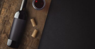 Wie kann ich eine Weinflasche ohne Korkenzieher öffnen?